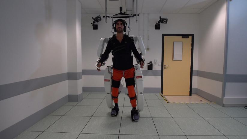 VIDEO: Después de 4 años de parálisis logra caminar de nuevo con un exoesqueleto controlado por el cerebro