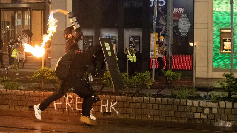 VIDEOS: Manifestantes golpean y prenden fuego a un policía en Hong Kong