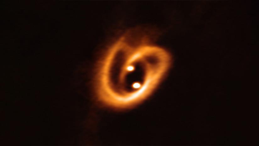 Descubren un 'pretzel' cósmico cubriendo a dos estrellas bebé a 700 años luz de la tierra