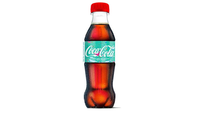 Coca-Cola presenta su primera botella hecha del plástico marino reciclado