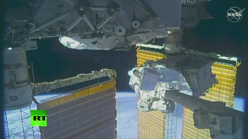 VIDEO: Astronautas realizan la primera caminata espacial de la expedición 61