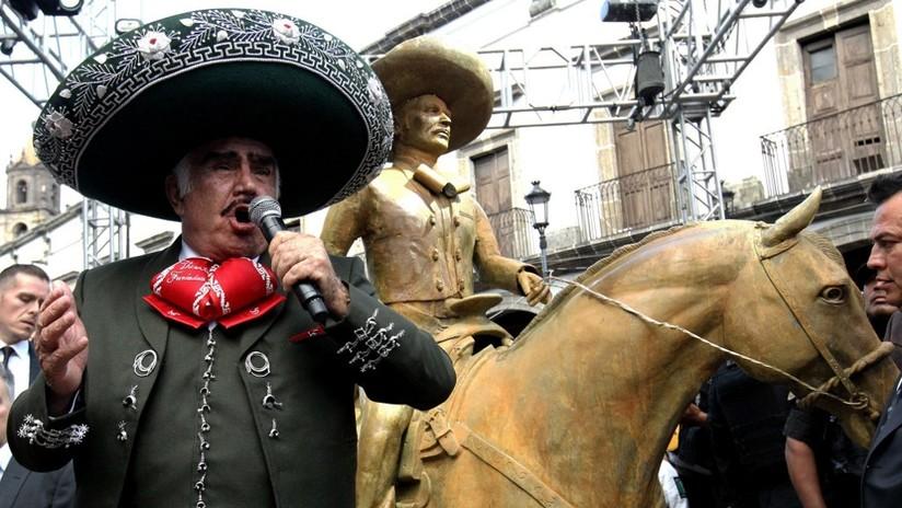 """""""Le faltaron algunos detallitos"""": El cantante mexicano Vicente Fernández devela una estatua en su honor y las redes no perdonan el escaso parecido"""