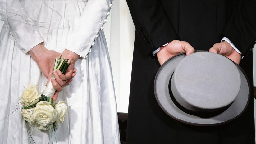 Una mujer sorprende a su prometido cuando abusaba sexualmente de una dama de honor, pero se casa igualmente