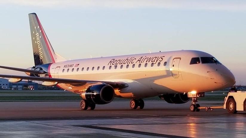 VIDEO: La discusión entre un piloto y una auxiliar de vuelo termina a golpes en la manga de un avión