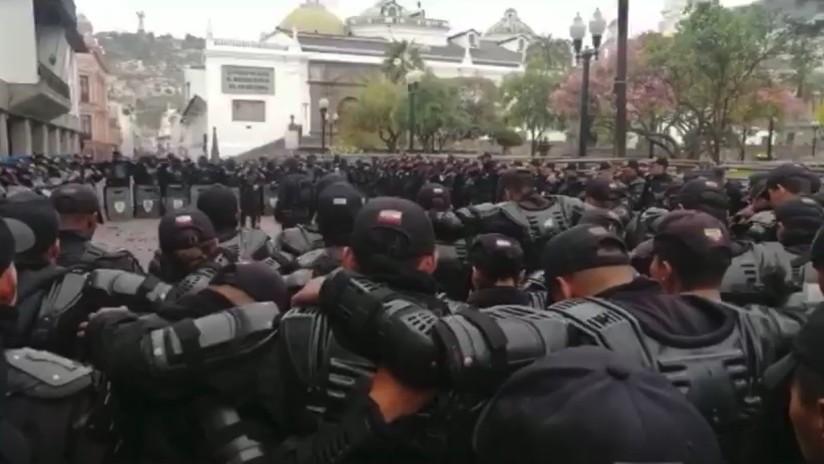 VIDEO: Policías antidisturbios ecuatorianos rezan el padrenuestro antes de salir a la calle a enfrentar las protestas