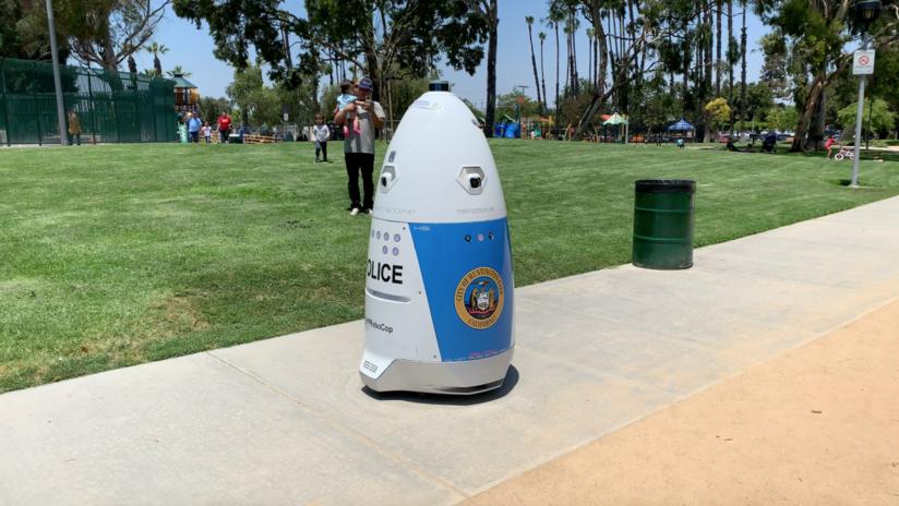 """Mujer pide auxilio a un robot policía y este le responde diciéndole que """"se aparte del camino"""""""