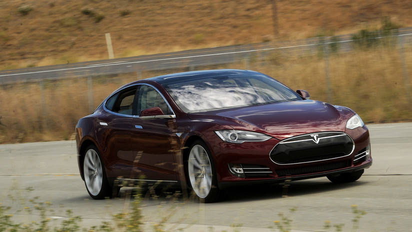 VIDEO: 'Youtubers' desmontan el motor de un Tesla Model S para ver el interior