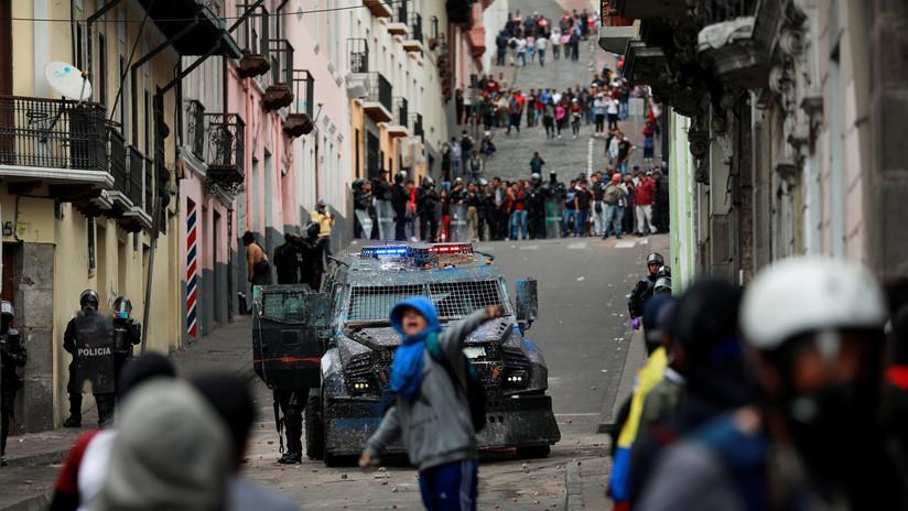VIDEO: Un tanqueta policial a gran velocidad dispersa una manifestación en el Centro Histórico de Quito