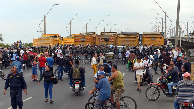 VIDEO: Policía bloquea con gases lacrimógenos a los manifestantes en Guayaquil