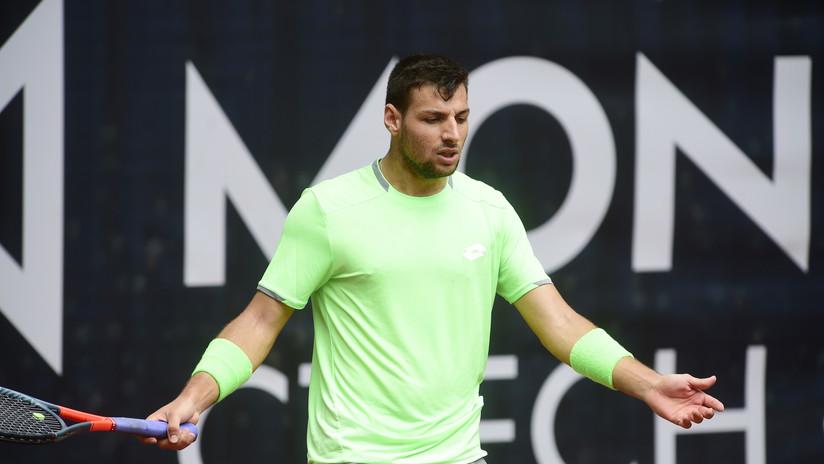 Un tenista español es descalificado de un partido por un roto en los pantalones (VIDEO)