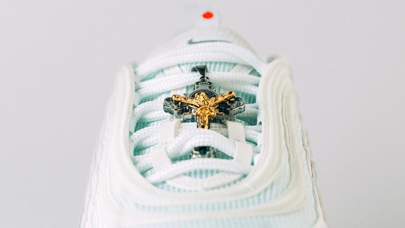 FOTOS: Presentan las 'zapatillas de Jesús' con agua bendita en las suelas por 3.000 dólares  (y la primera serie se agota en pocas horas)