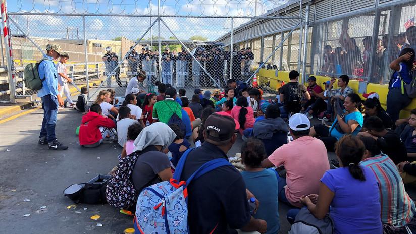 Migrantes protestan en puente fronterizo de México para pedir que el trámite de asilo se haga en EE.UU.