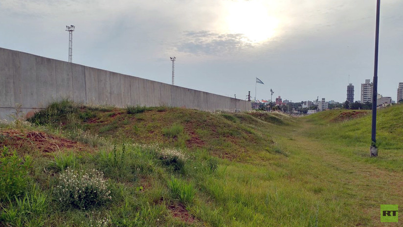 Artistas buscan batir un récord Guinness al pintar el muro que divide a Argentina y Paraguay