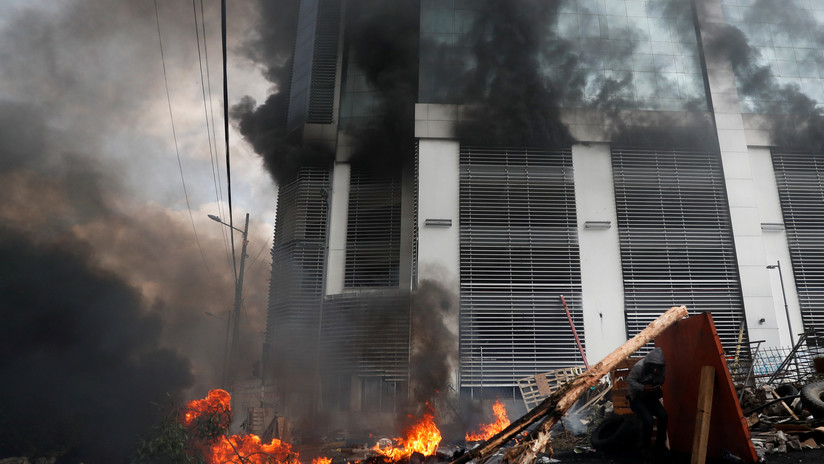 VIDEOS. Manifestantes incendian Contraloria y Teleamazonas en Quito