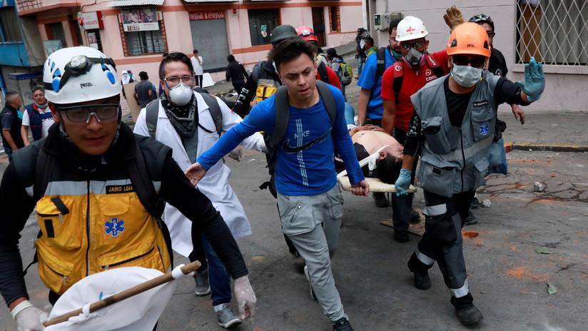 VIDEO, FOTOS: Médicos forman un cordón humano para impedir nuevos ataques de la Policía a las zonas de paz en Quito