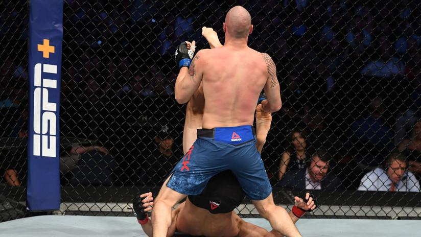 VIDEO: Un luchador de la UFC noquea a su rival de un talonazo en la cara estando de espaldas en la lona