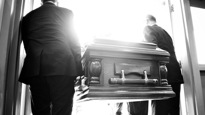 """""""Déjenme salir, ¡está oscureciendo aquí!"""": un fallecido 'reclama' estar vivo durante su funeral (VIDEO)"""