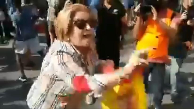 VIDEO: Un hombre agrede a una mujer tras quitarle una bandera de España en Cataluña