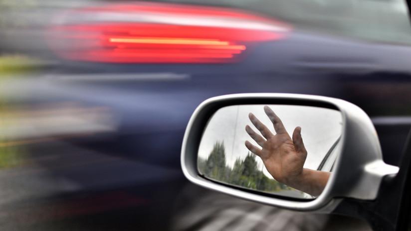 VIDEO: Mujer se 'autoatropella' tras olvidar poner el freno de mano de su coche