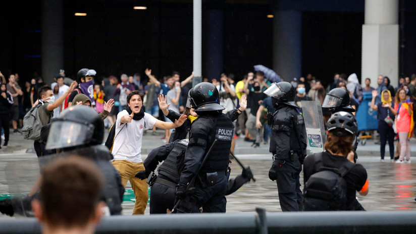 Extintores, porras y pelotas de goma: Disturbios en el aeropuerto de Barcelona tras la sentencia del 'procés'
