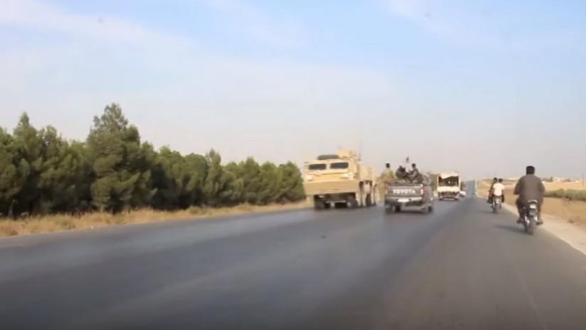 Tropas estadounidenses en retirada se cruzan con unidades militares sirias en una carretera (VIDEO)