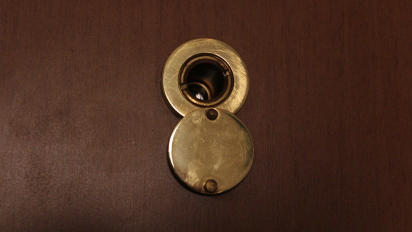 Cuando una mirilla de puerta es peligro para el residente: un caso de acoso hace saltar en Japón las alarmas