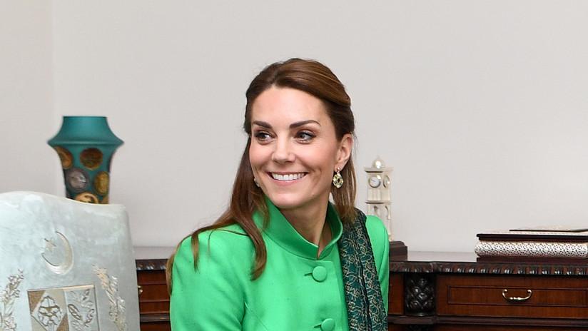 La duquesa de Cambridge sufre un incómodo momento con un soldado paquistaní durante la gira real (VIDEO)