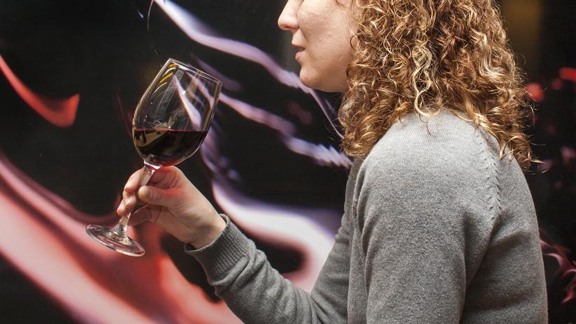 Siente un extraño sabor en su copa de vino y resulta ser el síntoma de una afección mortal