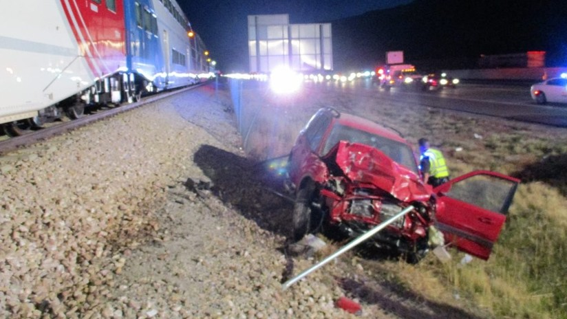 VIDEO: Patrullero saca a un conductor inconsciente de un auto segundos antes de que lo embistiera un tren a toda velocidad