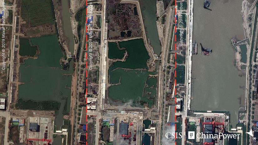"""FOTO: Imágenes satelitales revelan el progreso de China en la construcción de una supuesta """"fábrica"""" de portaviones"""