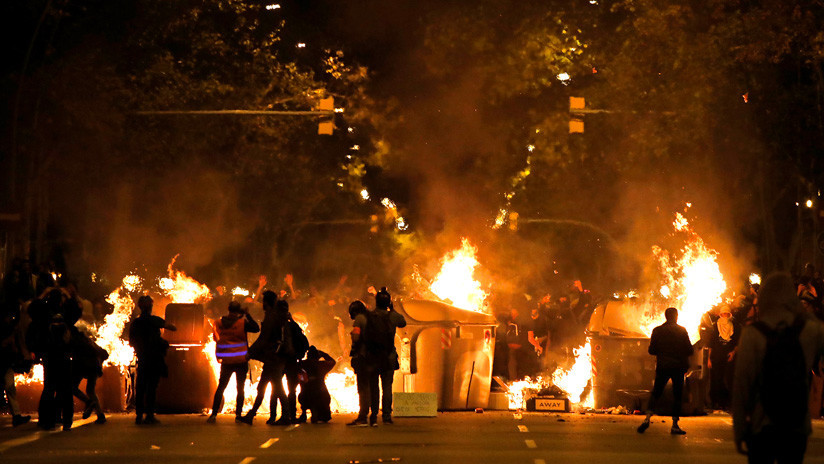 '¿Nos hacemos un 'selfie' entre las llamas?': los disturbios de Barcelona como atracción para cazar 'likes'