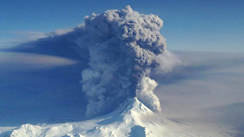 Un volcán sumergido en Alaska genera burbujas explosivas de gas más grandes que un campo de fútbol