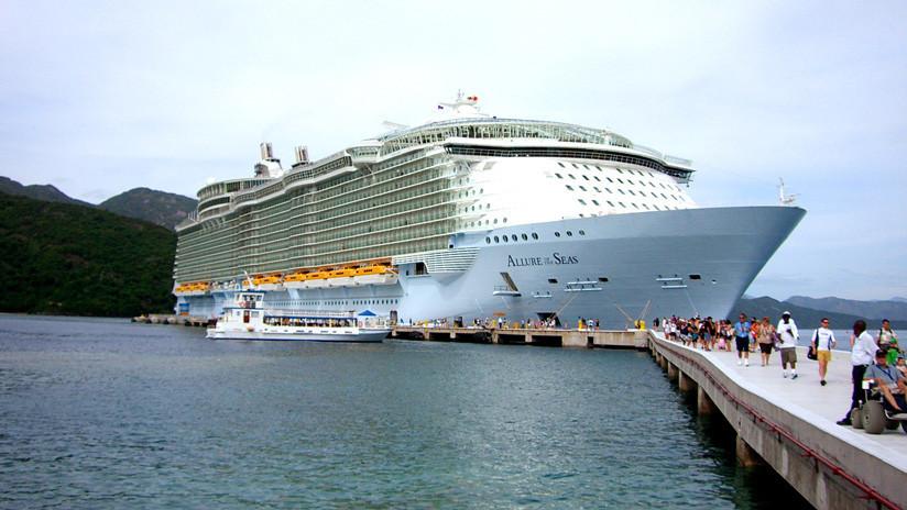 Expulsan de un crucero a una pareja por una peligrosa sesión de fotos en medio del Caribe