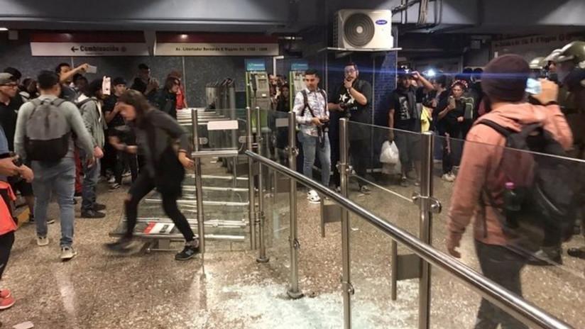 ¿Qué hay detrás de las 'evasiones masivas' de jóvenes en el metro de Santiago de Chile?