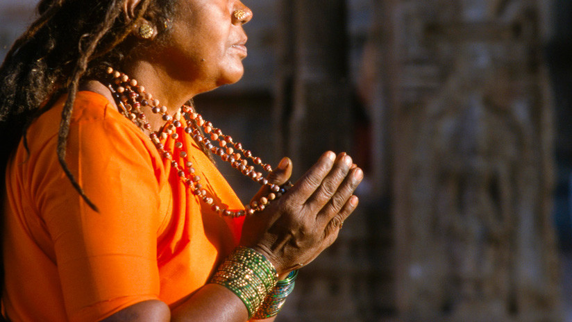 Exorcismo 'a palos' en la India: un sacerdote azota violentamente a una mujer 'poseída por el diablo' (VIDEO)