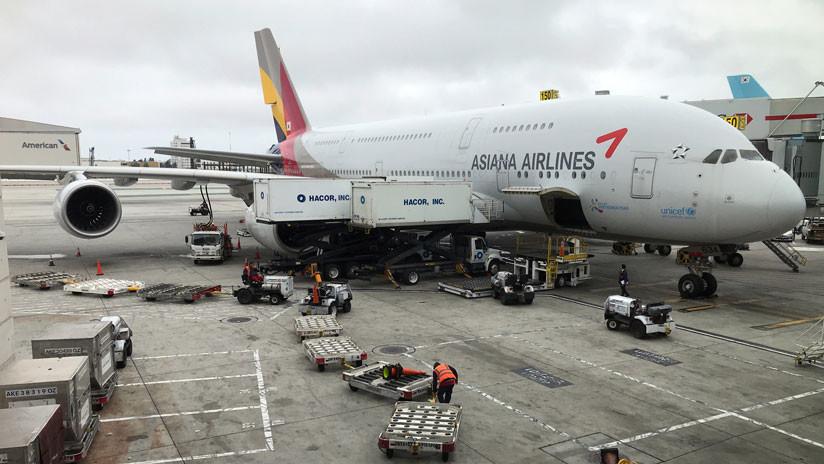 VIDEO: La turbina de un avión estalla y arde ante la mirada de los pasajeros que esperan para embarcar