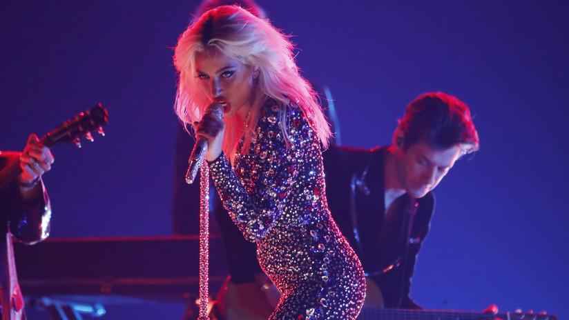 VIDEOS: Lady Gaga se cae del escenario al treparse sobre un admirador