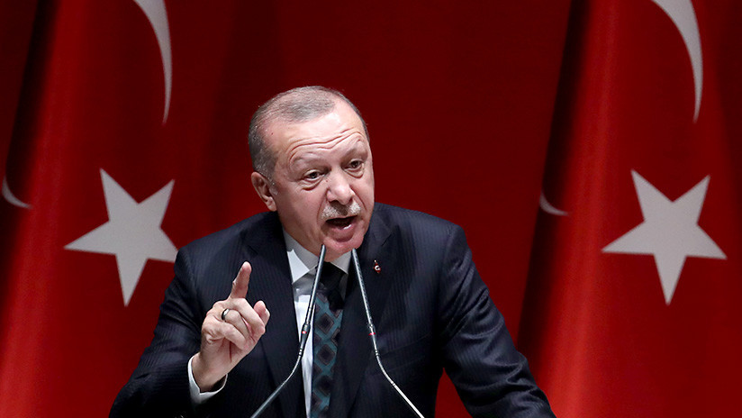 """Erdogan amenaza con """"aplastar las cabezas"""" de los kurdos sirios si no se retiran durante el alto el fuego"""