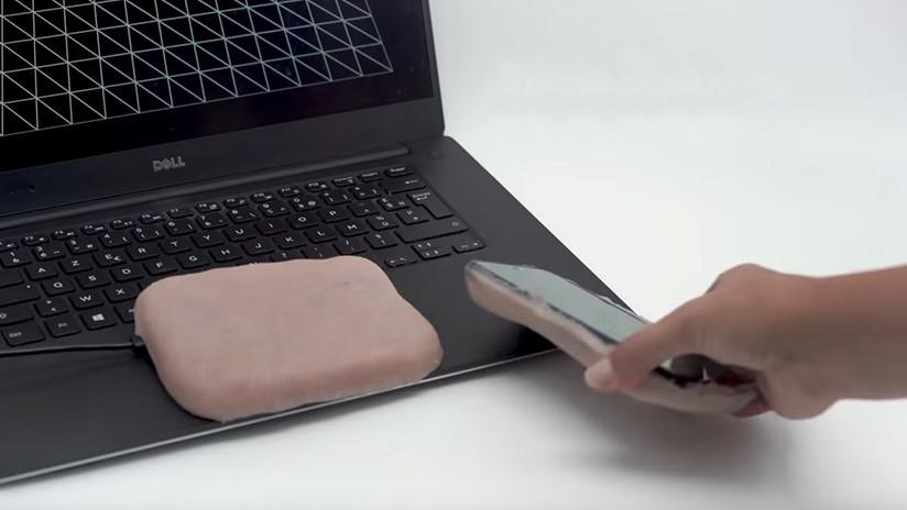VIDEO: Crean una carcasa para celular con piel humana artificial que responde a los estímulos