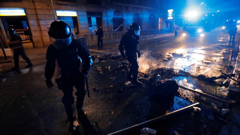 """""""Me estoy mareando"""": Policías atienden a un compañero herido grave en las protestas de Barcelona (VIDEO)"""