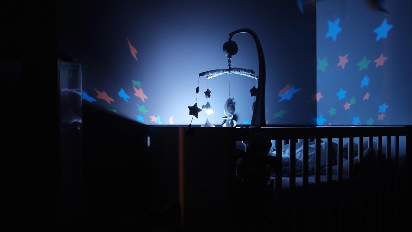 Mujer descubre a un bebé fantasma que dormía con su hijo