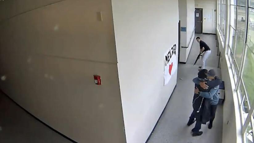 Un entrenador logra desarmar a un estudiante suicida y lo abraza de inmediato (VIDEO)