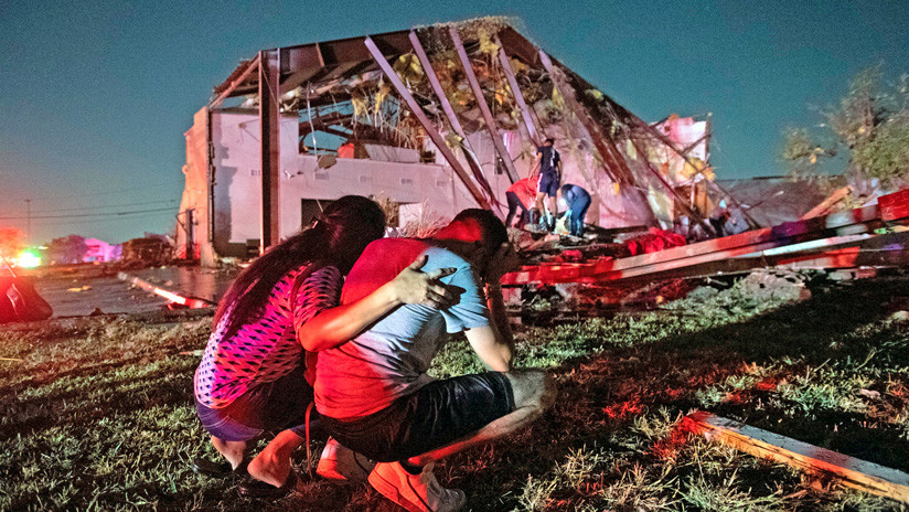 "FOTOS, VIDEOS: Tornado ""potencialmente mortal"" causa graves destrozos en Dallas"
