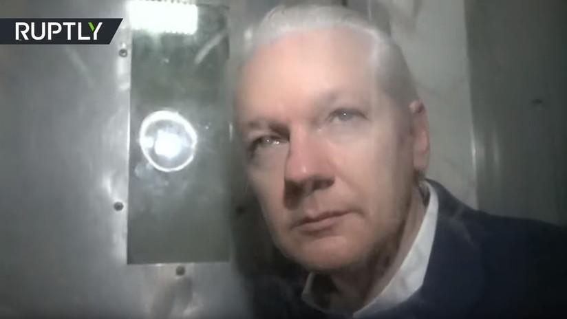 Imágenes exclusivas: Assange abandona un tribunal de Londres en un coche policial