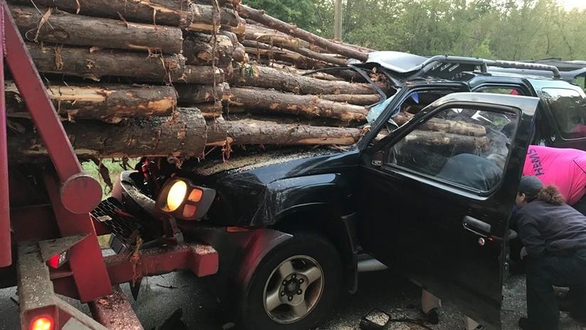 FOTOS: Conductor se estrella contra un camión cargado con troncos y se salva por unos centímetros