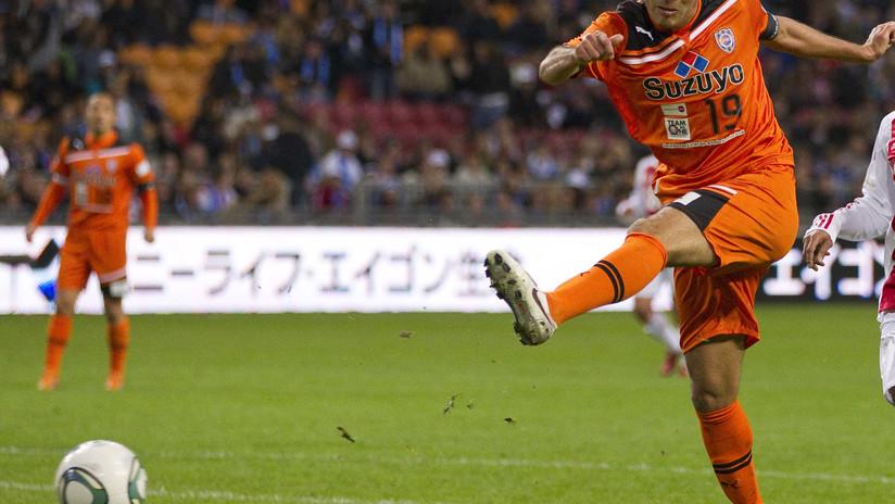 VIDEO: Un inusual tiro con dos jugadores de rodillas termina en gol y enloquece a los aficionados del fútbol
