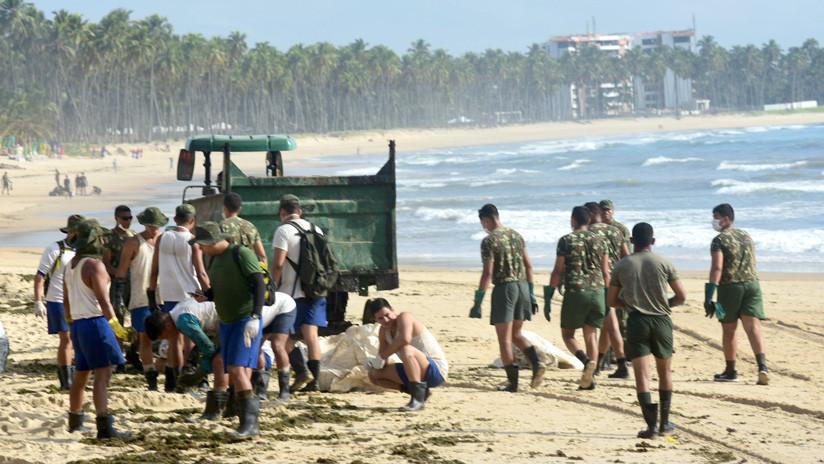 Brasil moviliza al Ejército para limpiar las manchas de petróleo en sus costas