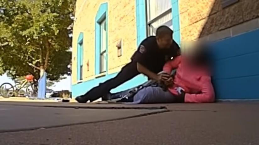 """VIDEO: Un policía de EE.UU. agrede y tira al suelo a una niña de 11 años por """"tomar más leche de la que debía"""" en una cafetería escolar"""