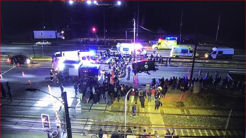 VIDEO: Un coche atropella a un grupo de manifestantes en Chile dejando 2 muertos y 9 heridos graves y la multitud golpea al conductor