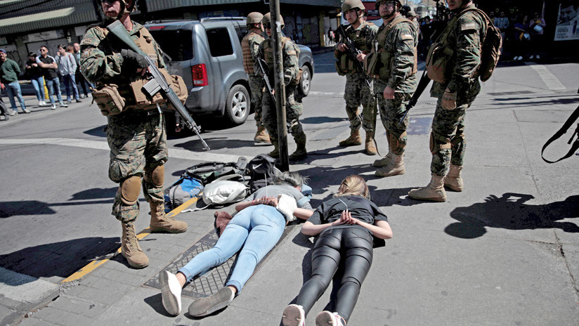 VIDEO: Un militar chileno le dispara a un manifestante a centímetros de distancia y lo inmoviliza en el suelo
